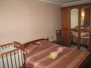 Красивая спальня с большой кроватью и вместительным шкафом.